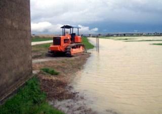 Il proprietario Luciano Novi ha rimosso l'acqua piovana che ha allagato 35 ettari dei suoi terreni nel marzo-aprile 2013