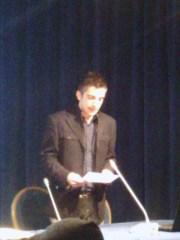 In foto Antonio Russo mentre legge la lettera del padre Francesco