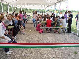 I bambini delle scuole, che si apprestano alla merenda a Km 0