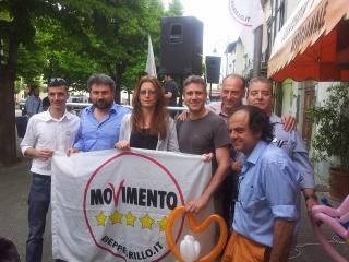 Membri del Movimento 5 Stelle con i parlamentri Massimo Artini e Laura Bottici.