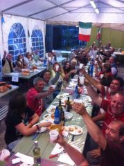 I volontari della associazione durante la cena per festeggiare la fine del evento