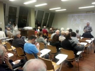 Valter Bernardeschi presenta la mostra al pubblico presente in sala