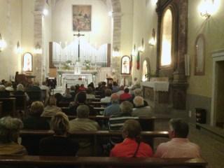 Il Monsignore Giusti, mentre parla alla comunità riunita.