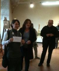 Monica Masotti moglie di Alessandro Mazzanti  che consegna il premio   Alessandro Mazzanti  alla vincitrice  della sezione Acquerello  Cinzia Mazzoni
