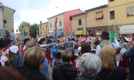"""""""IR BARROCCIO FIORITO"""": GRANDE FESTA A VICARELLO PER IL VENTENNALE DEL GRUPPO FOLK"""