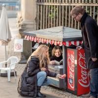 Coca-Cola surpreende em campanha com mini quiosques na Alemanha para promover mini latinhas