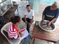 Ámbar Mesa realiza entrevistas en Boca de Cachón, una de las comunidades más afectadas por la crecida del lago. Muchos agricultores con tierras inundadas están incursionando en la pesca. Foto: R. Kavanagh