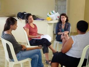 Ámbar Mesa (estudiante, INTEC), Yolanda León (profesora, INTEC) y Mimi Sheller (profesora, Drexel Univ.) hacen entrevistas a residentes en Jimaní. Foto: R. Kavanagh