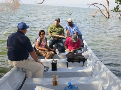 Equipo de estudio batimétrico (de profundidad) del Lago Enriquillo. De izquierda a derecha: Michael Piasecki (profesor, CCNY), Denia Paradis (estudiante, CCNY), Fred Moshary (profesor, CCNY), Cándido Quintana (profesor, INTEC) y Joseph Cleto (estudiante, CCNY). Foto: Y.León