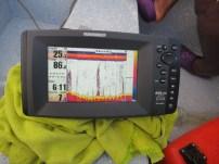 Pantalla del equipo de sonar portátil utilizado para elaborar la batimetría del lago. Foto: Y. León