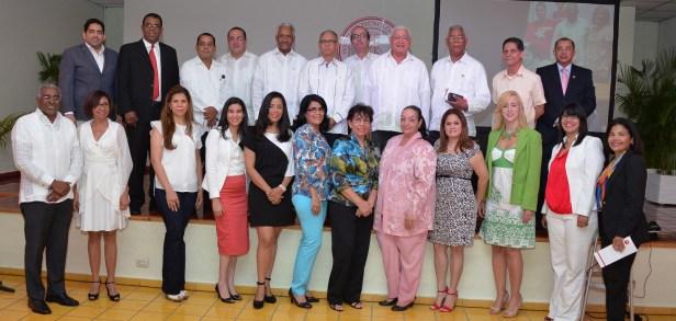 Grupo de maestros reconocidos en 2013, por altas evaluaciones y por tiempo en la institucion