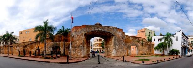 La Puerta de La Misericordia fue el lugar de reunión escogido por Los Trinitarios la noche del 27 de febrero de 1844. Allí Ramón Matías Mella disparó su trabuco, que anunció a los presentes y a toda la ciudad que se iniciaba el momento de exigir la libertad.