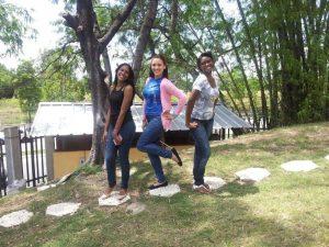 Rosa junto a dos de sus compañeras de estudio comparten en el bosquecito.