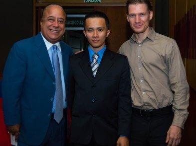 El profesor de Tenis de Mesa junto a dos invitados.