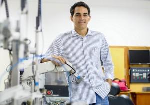 Edwin Sánchez, Ingeniero Astronáutico y Espacial, es profesor encargado del Laboratorio de Mecatrónica del INTEC.