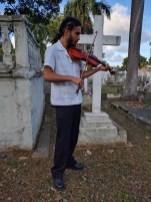 Violinista tocando durante el recorrido