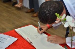 Firmando el libro de preinternos