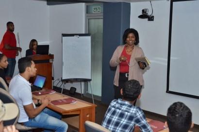 Rosa Alcántara le da la bienvenida a los estudiantes.