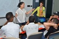 Ana Hilda Pérez conversa con los jóvenes que trabajaron para televisión.