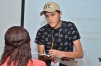 Gabriel afina detalles con su jefa de redacción, Carmen Matos.
