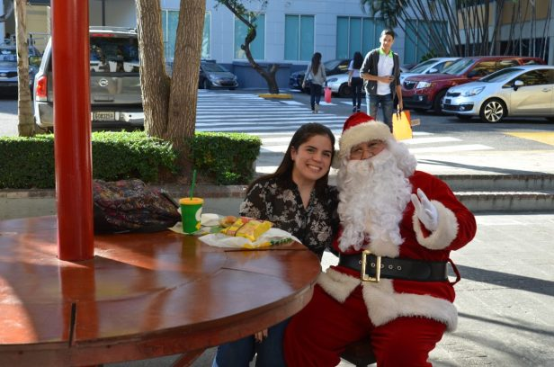 Santa Claus degustó un rico sandwich de Subway.