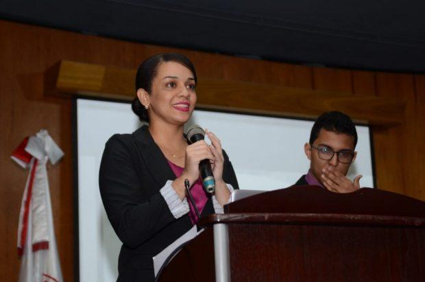 Alanna y Ángel durante la presentación del Foro de Epidemiología.