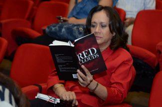 El libro Red Clouds logra captar la atención del lector.