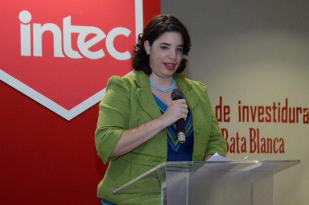 La doctora Adriana Oliart se dirigió a sus estudiantes.