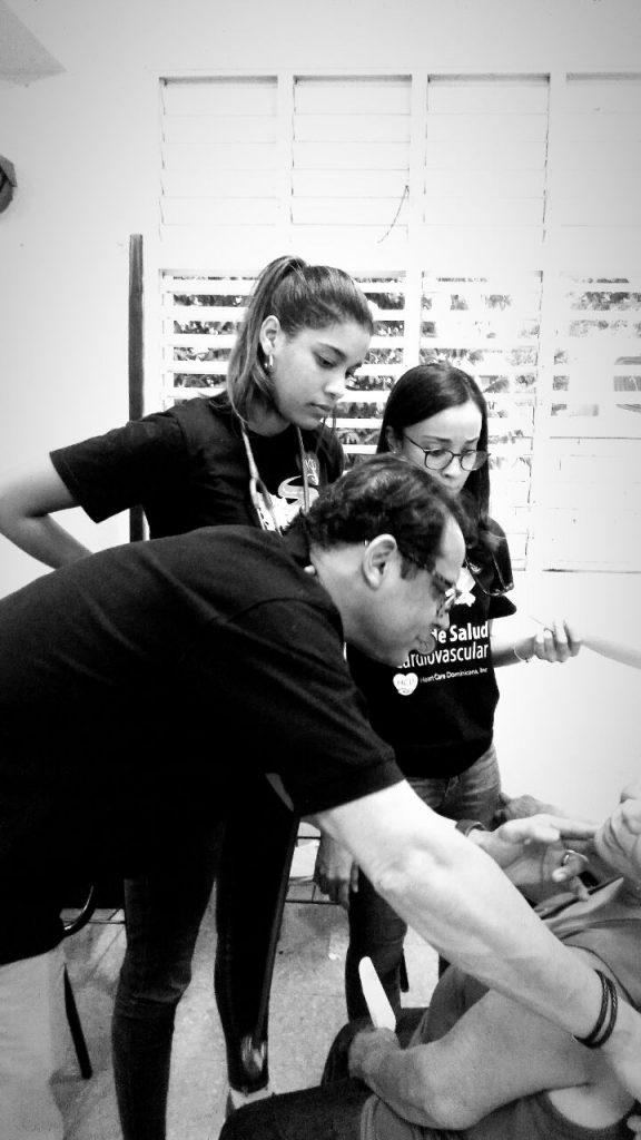 Dr. Pedro Ureña y Laura Liranzo evaluando un paciente