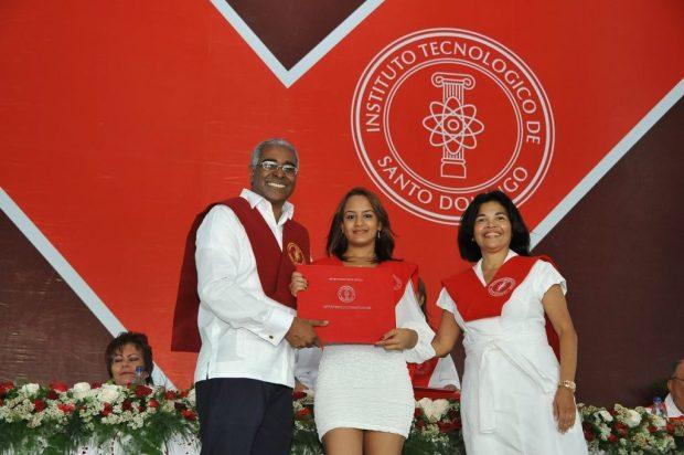 Ketty Pamela Paulino Montilla durante su graduación en octubre de 2012. Durante la ceremonia 45.