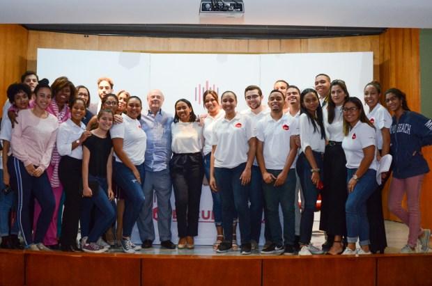 Estudiantes de Medios Digitales y Comunicación Social junto a Hipólito Mejía