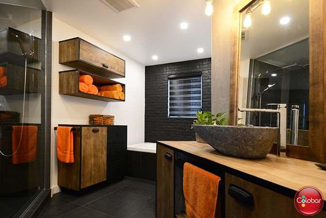 une salle de bain de style industriel
