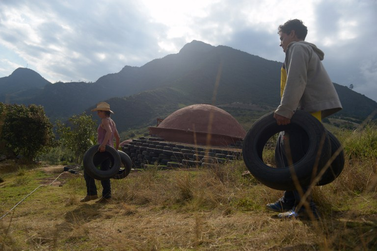 Met autobanden iglo's bouwen