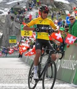 Egan Bernal wint zevende etappe Ronde van Zwitserland en behoudt leiderstrui