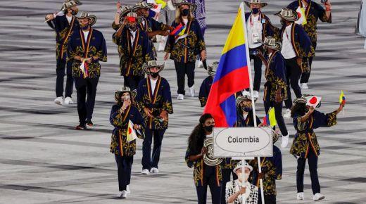 Caterine Ibargüen en Yuberjen Martínez vlaggendragers bij de opening van de Olympische Spelen