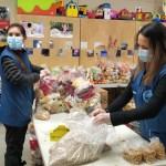 Los voluntarios muestran su compromiso cada 2 semanas para preparar las entregas de alimentos