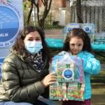 Entrega de kits educativos a niños de primera infancia.