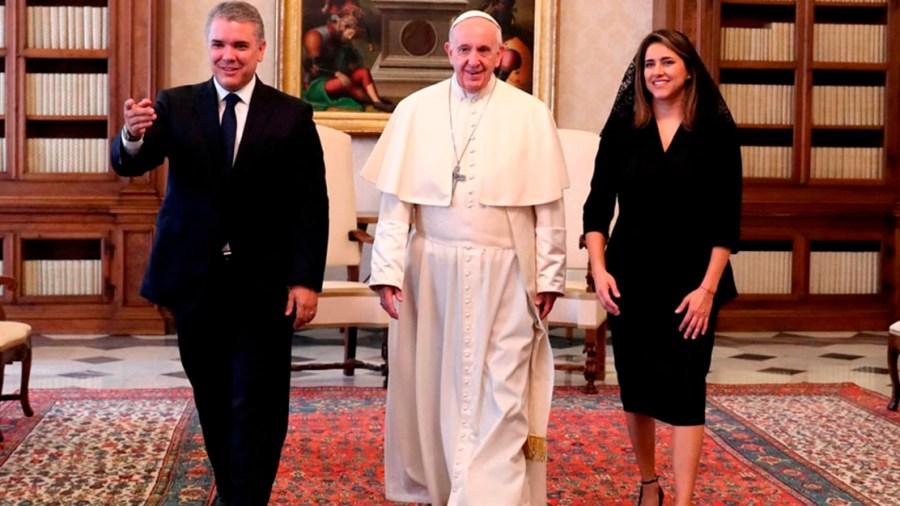 ivan duque vaticano papa suegra periodistas