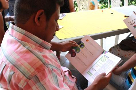 A los sobrevivientes se les facilitó una copia del ABC de la Ruta de Atención a Víctimas de MAP/MUSE/AEI y una copia de la misma adaptada a cada uno de los municipios del Tolima. Foto: CCCM