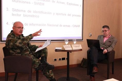 Coronel Enrique Torres, jefe del Departamento de Control y Comercio de Armas; y Jeremy McDermott, director de la organización InSight Crime