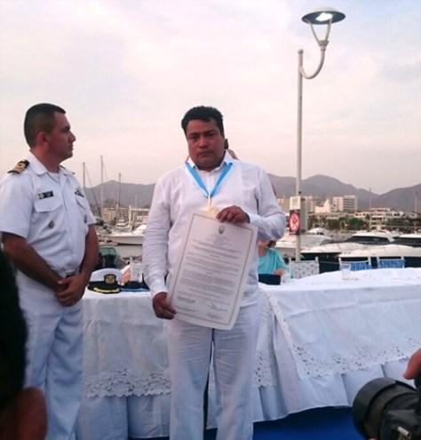 El coordinador departamental de la CCCM en Magdalena, Wilson Rodríguez, recoge el galardón