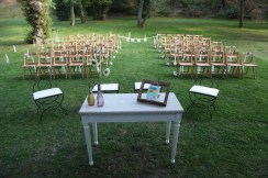 colores-de-boda-20-ceremonia-sillas-madera-laura-cesar