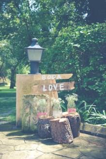 colores-de-boda-20-decoracion-entrada-bienvenida-madera-señaletica