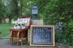 colores-de-boda-4-bienvenida-pizarra-maleta-laura-cesar