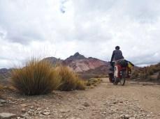 Auffahrt mit Blick auf farbige Berge