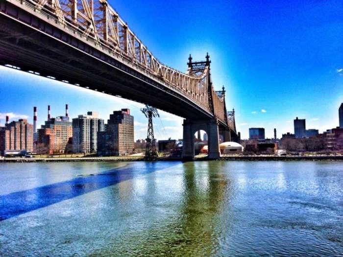 Über die Queensboro Bridge (Kilometer 25) geht es von Queens (Hintergrund) nach Manhattan