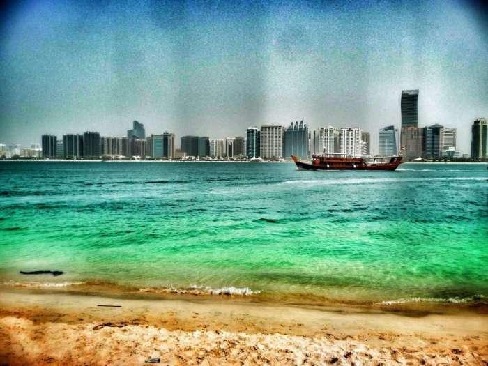 Blick von Herritage Village auf Abu Dhabi Downtown