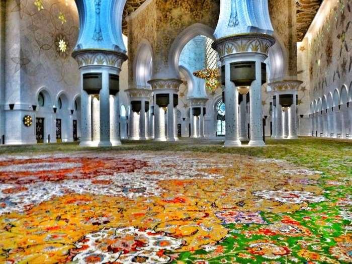 Auch an edlen Teppichen wird in der Moschee nicht gespart
