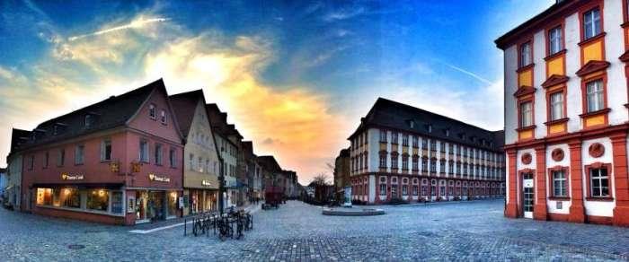 Fußgängerzone mit altem Schloss
