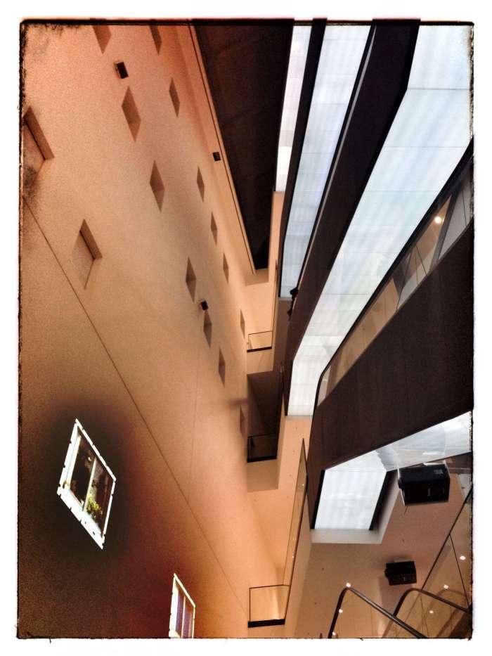 Über Rolltreppen geht es in die Etagen der Museen